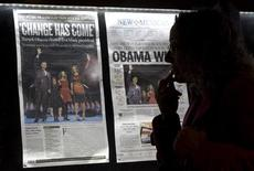 <p>Prime pagine dei quotidiani statunitensi del 5 novembre esposte al Newseum di Washington. REUTERS/Molly Riley</p>