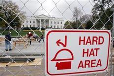 <p>Рабочие сооружают сцену для инаугурации избранного президента США Барака Обамы перед Белым домом 6 ноября 2008 года. Менее чем через неделю после победы избранный президент США Барак Обама направляется в Вашингтон для того, чтобы лично услышать от нынешнего главы государства Джорджа Буша о сложностях, с которыми ему предстоит столкнуться после вступления в должность 20 января 2009 года. REUTERS/Mitch Dumke</p>