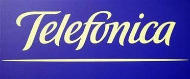 <p>Foto de archivo del logo de la compañía Telefónica en su sede corporativa en Madrid, 18 feb 2008. Telefónica, la gigante española de las telecomunicaciones habría registrado en los nueve primeros meses del año una caída del 29 por ciento en sus ganancias, golpeada por un descenso de los resultados extraordinarios tras la venta de Airwave y Endemol el año pasado. REUTERS/Sergio Perez</p>