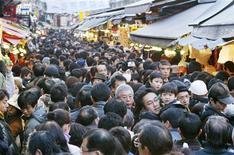 """<p>Plus d'un couple marié sur trois au Japon ne fait plus l'amour, invoquant pour la plupart la lassitude ou l'ennui, révèle mercredi une étude scientifique menée avec le soutien des pouvoirs publics. Raison principalement invoquée par les intéressés de sexe mâle : trop fatigués après une dure journée de labeur au bureau. Pour les femmes, 19% estiment que c'est """"trop d'embêtements"""". /Photo d'archives/REUTERS/Issei Kato</p>"""