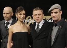 """<p>El director británico Marc Foster, la actriz ucraniana Olga Kurylenko, el actor Daniel Craig y el actor suizo Anatole Taubmann posan en la alfombra roja del estreno alemán de 'Quantum of Solace' en Berlín 3 nov 2008. Debido en parte a la positiva recaudación mundial, la cinta número 22 de Bond seguramente llegará a ser el mayor debut de todos los tiempos del súper espía en Estados Unidos, superando ampliamente el estreno de 47,1 millones de dólares de """"Die Another Day"""" en el 2002. REUTERS/Tobias Schwarz</p>"""