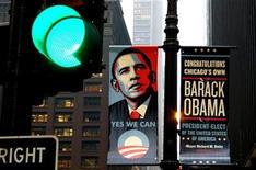 <p>Cartello esposto a Chicago dopo l'elezione di Barack Obama a presidente degli Stati Uniti. REUTERS/Kevin Lamarque</p>
