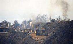 <p>Una casa dañada se ve en una colina, mientras personal de bomberos intenta detener un incendio forestal en el condado de Santa Barbara, EEUU, 14 nov 2008. Un incendio impulsado por fuertes vientos azotaba el viernes el sur de California y alcanzó el enclave costero de celebridades de Montecito, dejando a 13 personas heridas y arrasando con cerca de 100 hogares, informaron las autoridades. REUTERS/Phil McCarten</p>