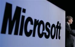 <p>Bill Gates e il logo di Microsoft. REUTERS/Yuriko Nakao (JAPAN)</p>