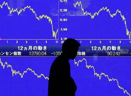 11月19日、損保大手6社が09年3月期予想を下方修正した。写真は6日に東京で撮影された株価ボード(2008年 ロイター/Toru Hanai)