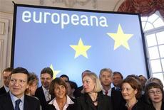 """<p>La Neuvième symphonie de Beethoven ou """"La Divine Comédie"""" de Dante sont désormais disponibles d'un simple clic : l'Union européenne a lancé jeudi une bibliothèque numérique réunissant les grandes oeuvres du patrimoine culturel de l'Europe, en présence du président de la Commission européenne José Manuel Barroso (à gauche) et des ministres de la Culture de l'UE. /Photo prise le 20 novembre 2008/REUTERS/Sebastien Pirlet</p>"""