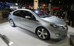 <p>Электромобиль Chevrolet Volt представлен на автосалоне в Лос-Анджелесе, 19 ноября 2008 года Многие крупнейшие автопроизводители, съехавшиеся на автомобильный салон в Лос- Анджелесе, пообещали вывести на рынок электромобили в ближайшие один-два года. REUTERS/Fred Prouser (UNITED STATES)</p>