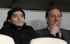 <p>Técnico da Argentina Diego Maradona e gerente de seleções do país Carlos Bilardo assisitam jogo do Real Madrid. REUTERS/Andrea Comas</p>