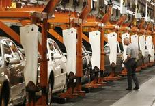 <p>A General Motors employee inspects Chevrolet Impalas on the production line in Oshawa, Canada August 21, 2006. REUTERS/J.P. Moczulski</p>