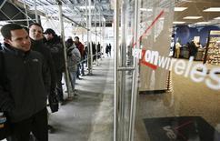 <p>Des centaines d'Américains ont fait la queue vendredi devant les boutiques de Verizon Wireless (comme ici, à New York), dans l'espoir d'être parmi les premiers à acquérir le BlackBerry Storm, le premier combiné à écran tactile lancé par le canadien Research In Motion pour concurrencer l'iPhone d'Apple. /Photo prise le 21 novembre 2008/REUTERS/Brendan McDermid</p>