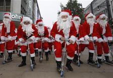 <p>Attori vestiti da Babbo Natale sfilano a Oxford Street, Londra, per promuovere lo shopping natalizio, il 5 novembre del 2008. REUTERS/Suzanne Plunkett</p>