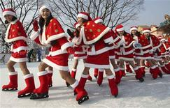 <p>Employees of Everland amusement park skate on ice wearing Santa Claus costumes at a Santa Academy class during a photo call at the amusement park, which is a part of the Samsung Group, in Yongin November 26, 2008. REUTERS/Sin Young-keun/Yonhap</p>