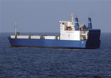 """<p>Украинское судно """"Фаина"""", снятое 29 сентября 2008 года. Сомалийские пираты договорились с владельцами украинского судна """"Фаина"""", захваченного 24 сентября, о его освобождении, сказал в воскресенье Эндрю Мванугра, руководитель Восточноафриканской программы помощи мореплавателям. REUTERS/Mass communication Specialist 2nd Class Jason R. Zalasky/U.S. Navy/Handout (INDIAN OCEAN).</p>"""