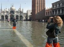 <p>Turisti in piazza San Marco alleagata dall'acqua alta. REUTERS/Manuel Silvestri</p>