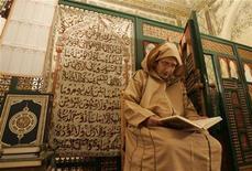 <p>Un uomo legge il Corano al mausoleo Sidi Boumedine di Tlemcen, Algeria. REUTERS/Louafi Larbi</p>