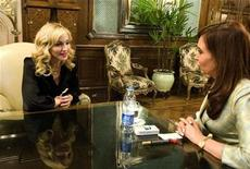 <p>La cantante estadounidense Madonna en una reunión que sostuvo con la presidenta de Argentina, Cristina Fernández, en Buenos Aires 2 dic 2008. La estrella de la música pop Madonna suspendió el primero de sus recitales en Argentina, previsto para el miércoles, debido a que aún no arribaron a Buenos Aires parte de los equipos necesarios para el espectáculo, dijeron los organizadores. El recital suspendido, el primero de una serie de cuatro conciertos que la cantante dará en Buenos Aires, se realizaría el lunes próximo, informaron los medios locales. REUTERS/Presidency/Handout (ARGENTINA).</p>