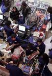 <p>Folla in un negozio di New York per i saldi. REUTERS/Brendan McDermid (UNITED STATES)</p>