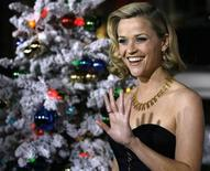 "<p>Cast member Reese Witherspoon waves at the premiere of the movie ""Four Christmases"" at the Grauman's Chinese theatre in Hollywood, California November 20, 2008. REUTERS/Mario Anzuoni</p>"