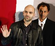 <p>O roteirista italiano Roberto Saviano (esq) e o diretor italiano Matteo Garrone posam para foto para festival de cinema de Sevilha, no dia 7 de novembro. REUTERS/Marcelo del Pozo (SPAIN) (Newscom TagID: rtrphotosthree780060) [Photo via Newscom]</p>