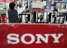 <p>Foto de archivo de un empleado de una tienda Sofmap limpiando un televisor pantalla plana LCD Bravia de Sony Corp en Tokio, 14 mayo 2008. Sony Corp recortó miles de empleos el martes, mientras comentarios pesimistas de Samsung y Texas Instruments se sumaron a la penumbra del sector tecnológico cuando los consumidores rehuyen de los últimos artículos. REUTERS/Yuriko Nakao</p>