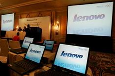<p>Lenovo Group, quatrième constructeur mondial d'ordinateurs, confirme être engagé dans des discussions préliminaires en vue d'un investissement ou d'une acquisition, sans dévoiler le nom de ses interlocuteurs. /Photo d'archives/REUTERS/Paul Yeung</p>