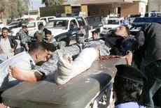 <p>Раненого офицера полиции Ирака транспортируют в госпиталь Киркука 6 декабря 2008 года. Как минимум 30 человек погибли в результате взрыва бомбы в предместье иракского города Киркук. REUTERS/Ako Rasheed</p>