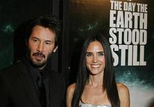 """<p>Los actores Jennifer Connelly (der) y Keanu Reeves en el estreno de """"The Day The Earth Stood Still"""" en Nueva York, 9 dic 2008. Keanu Reeves, un actor conocido por los roles poco convencionales que elige, agregó el domingo otro inusual éxito de taquilla a su colección con """"The Day the Earth Stood Still"""", una versión de un filme de ciencia ficción de 1951. REUTERS/Lucas Jackson (EEUU)</p>"""