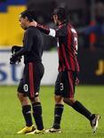 <p>Ronaldinho e Paolo Maldini, do Milan, deixando o campo após perder para o Juventus no estádio de Turin. Milan mantém confiança no título apesar de derrota para Juventus. Milan mantém confiança no título apesar de derrota para Juventus, diz técnico do Milan.REUTERS/Stefano Rellandini</p>