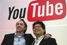 <p>Chad Hurley (à gauche) and Steve Chen, cofondateurs de YouTube. La maison de disques Warner Music exige du site de partage de vidéos en ligne le retrait de tous les clips musicaux d'artistes sous contrat avec elle, après l'échec des négociations entre les deux groupes. /Photo d'archives/REUTERS/Philippe Wojazer</p>