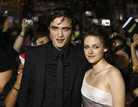 Cast members Robert Pattinson and Kristen Stewart pose at the premiere of the movie ''Twilight'' at the Mann Village and Bruin theatres in Westwood, California November 17, 2008. REUTERS/Mario Anzuoni