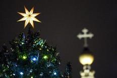 <p>Un albero di Natale in piazza San Pietro. REUTERS/Alessandro Bianchi</p>