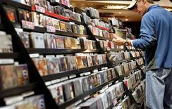<p>Les ventes d'albums aux Etats-Unis ont baissé en 2008 pour la septième fois en huit ans, et, plus inquiétant pour un marché déjà sinistré, les ventes de musique numérique ont ralenti, selon SoundScan. /Photo d'archives/REUTERS/Shannon Stapleton</p>