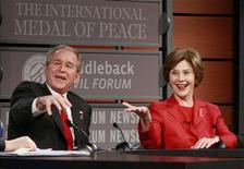 <p>O casal presidencial norte-americano, George W. e Laura Bush, em foto de arquivo REUTERS/Jason Reed (UNITED STATES)</p>