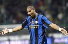 <p>O técnico da Inter de Milão, José Mourinho, que no mês passado questionou o comprometimento do atacante Adriano com o clube e afirmou que o jogador poderia deixar a Inter, afirmou agora que Adriano pode seguir na equipe. REUTERS/Stefano Rellandini</p>