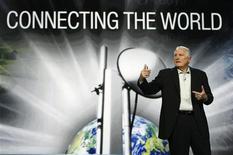 """<p>Le président d'Intel, Craig Barrett, lors d'une allocution lors du forum international Consumer Electronics Show, à Las Vegas. Intel a dévoilé vendredi la nouvelle génération de ses mini-ordinateurs portables de type """"netbook"""", qu'il destine aux secteurs de l'éducation et aux pays émergents, soulignant différentes façons d'aider les plus démunis grâce à la technologie. /Photo prise le 9 janvier 2009/REUTERS/Rick Wilking</p>"""