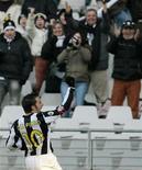 <p>Lo juventino Alessandro Del Piero festeggia il gol contro il Siena. REUTERS/Alessandro Garofalo</p>