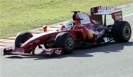 <p>Il pilota brasiliano Felipe Massa prova la nuova Ferrari F60 sul circuito del Mugello. REUTERS/Marco Bucco (ITALY)</p>