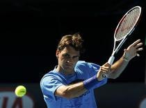 <p>Federer durante sessão de treinamento, antes do Aberto da Austrália na semana que vem. O tenista se diz confiante e almeja bater recorde de Sampras. REUTERS/Darren Whiteside</p>