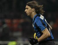 <p>Zlatan Ibrahimovic dell'Inter dopo aver segnato un gol, in un'immagine di archivio. REUTERS/Alessandro Garofalo</p>