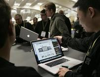 <p>Partecipanti al Macworld Convention and Expo 2009 a San Francisco esaminano il nuovo MacBook della Apple. REUTERS/Robert Galbraith</p>