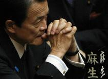 <p>Un député de l'opposition a mis au défi le Premier ministre japonais, Taro Aso, de lire certains caractères complexes de l'écriture nippone, avec lesquels la presse assure qu'il n'est guère familier. /Photo prise le 13 janvier 2009/REUTERS/Kim Kyung-Hoon</p>