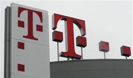 <p>Deutsche Telekom ne prévoit pas de se lancer dans des acquisitions dans un avenir immédiat mais l'opérateur télécoms allemand n'envisage pas pour autant de réduire son enveloppe d'investissements, a déclaré Hamid Akhavan, qui est à la tête de T-Mobile, lors d'un entretien accordé à Reuters. /Photo d'archives/REUTERS/Ina Fassbender</p>