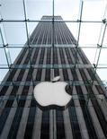 <p>Apple fait état de résultats meilleurs que prévu pour le premier trimestre de son exercice 2008-2009, avec un bénéfice par action à 1,78 dollar et un chiffre d'affaires à 10,17 milliards de dollars, contre 1,40 dollar et 9,74 milliards attendus en moyenne par les analystes. /Photo d'archives/REUTERS/Brendan McDermid</p>