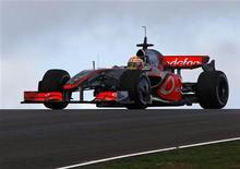 <p>Lewis Hamilton pilota o carro de 2009 na McLaren durante testes em Algarve, Portugal. REUTERS/José Manuel Ribeiro</p>