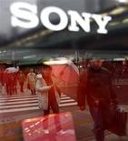 <p>Sony a l'intention de réduire ses coûts de 250 milliards de yens (2,2 milliards d'euros) au cours de l'exercice fiscal 2009-2010, qui débutera le 1er avril. /Photo prise le 22 janvier 2009/REUTERS/Kim Kyung-Hoon</p>