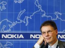 <p>El presidente ejecutivo de Nokia, Olli-Pekka Kallasvuo, en una entrevista en Nueva York, 4 dic 2009. Nokia, el mayor fabricante de teléfonos móviles del mundo, reportó el jueves ganancias para el cuarto trimestre menores a las esperadas y advirtió que las ventas del mercado de celulares descenderán un 10 por ciento este año por la crisis económica. REUTERS/Brendan McDermid</p>