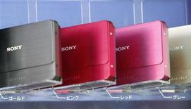 <p>Cámaras digitales Cyber-shot de Sony Corp son exhibidas en una tienda en Tokio, 22 ene 2009. Sony Corp y LG Electronics Inc impactaron el jueves a los inversionistas al advertir sobre fuertes pérdidas, dando cuenta del pésimo momento que vive el mercado de electrónica de consumo ante el derrumbe de la demanda en medio de una grave crisis mundial. REUTERS/Kim Kyung-Hoon (JAPON)</p>