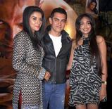 """<p>Le thriller à succès """"Ghajini"""", dont la tête d'affiche est la star de Bollywood Aamir Khan (entouré ici des actrices Asin et Jiah Khan), a été adapté en jeu vidéo 3D en Inde, une première dans un pays où le marché de l'animation et du jeu vidéo commence juste à décoller. /Photo prise le 30 décembre 2008/REUTERS/Manav Manglani</p>"""
