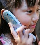 <p>Una bambina che parla al cellulare, immagine d'archivio. REUTERS/Yuriko Nakao</p>