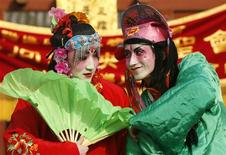 <p>Men, dressed in traditional costumes, dance during a Chinese folk art performance at a temple fair celebrating Chinese lunar New Year, in Beijing January 28, 2009. REUTERS/Jason Lee</p>